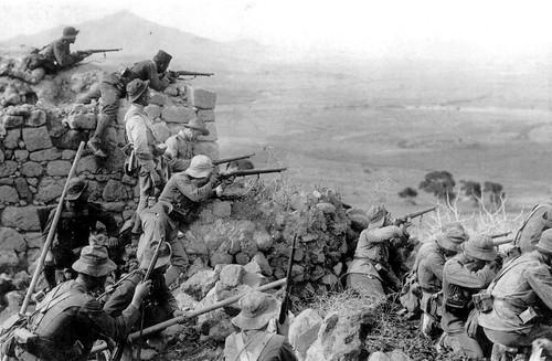 VIII BANDERA CON REGULARES DEFIENDE POSICIÓN EN ALHUCEMAS. 1926. by Ejército de Tierra
