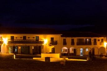 het centrale plein 's avonds
