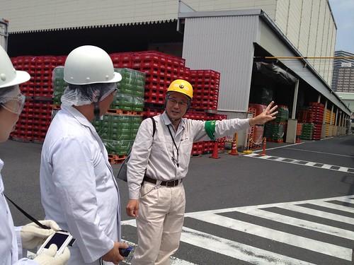 ご案内いただく工場の方と@日本山村ガラス東京工場