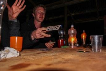 Terwijl wij ons bij kaarslicht met een kaartspelletje vermaakten.