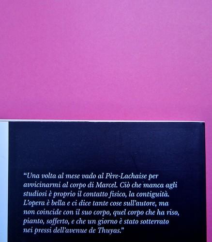 Michaël Uras, Io e Proust. Voland 2014. Progetto grafico: Alberto Lecaldano; font: Voland, di Luciano Perondi; ill. alla cop.: Pedro Scassa. Quarta di copertina (part.), 3