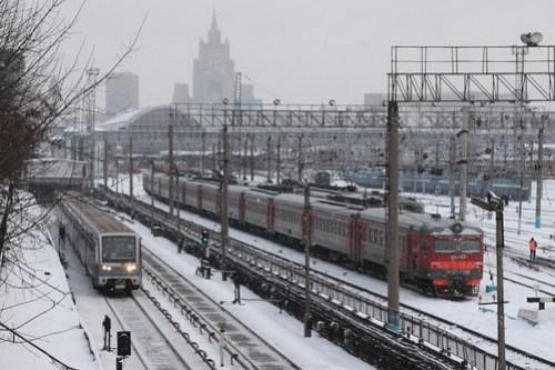 Moscow Metro train paralleling the mainline railway outside Киевский вокзал (Kievskiy vokzal)