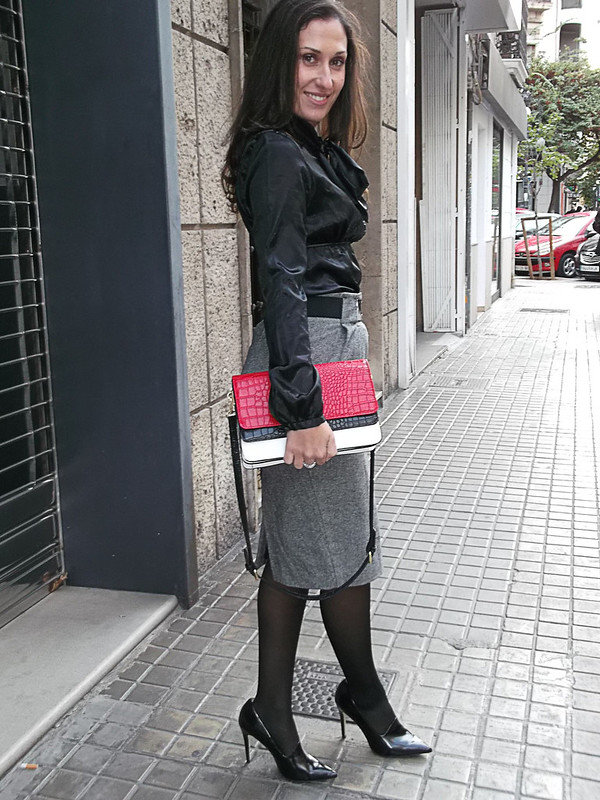 blusa y falda lápiz, negro, gris y rojo, lazada, blusa de raso negra, trench rojo, bolso blanco, rojo y negro, blouse and pencil skirt, black, grey and red, bow, black satin blouse, Red trench, Red trench, zara, calzedonia