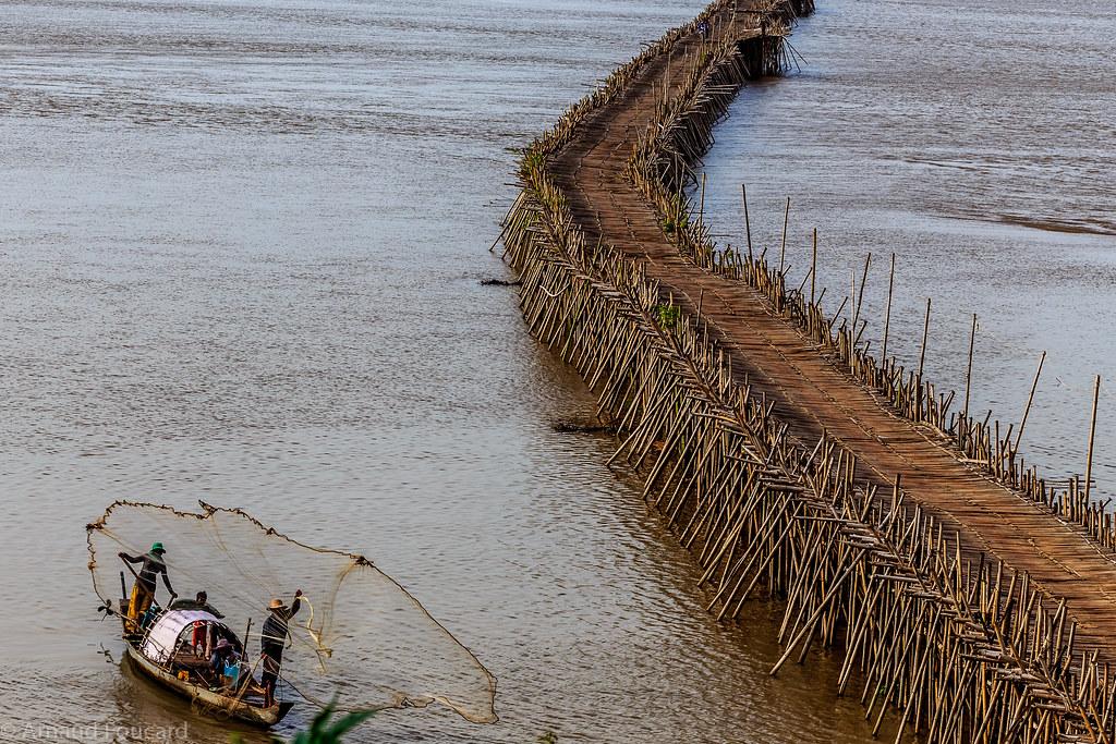 Net fishermen in front of the bamboo bridge in Kampong Cham (Cambodia) / Pêcheurs au filet devant le pont en bambou de Kampong Cham (Cambodge)