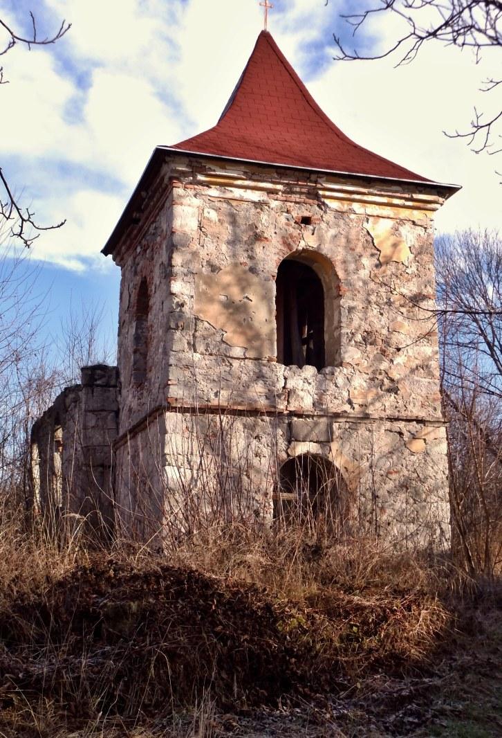 Ruina katolíckeho kostola v D. Strhároch