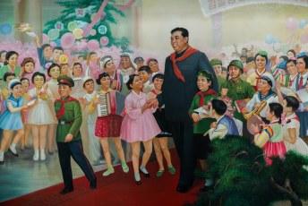 Binnen in het jeugdpaleis bleek, uit deze afbeelding, dat Kim Il-Sung enorm geliefd was onder de jeugd.