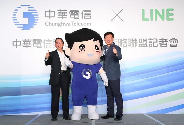 中華電信行動通信分公司總經理林國豐(左)、LINE全球事業部總經理姜玄玭(右)攜手跨業合作創新局