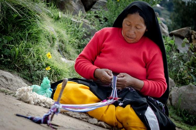 Mujer tejiendo en la Isla de Taquile, lago Titicaca.