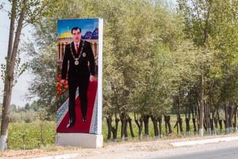 Onderweg naar Qurghonteppa kwamen we regelmatig dit soort slecht geshopte 'reclame' voor de president tegen (hij lijkt zelf nog het meest verbaasd).