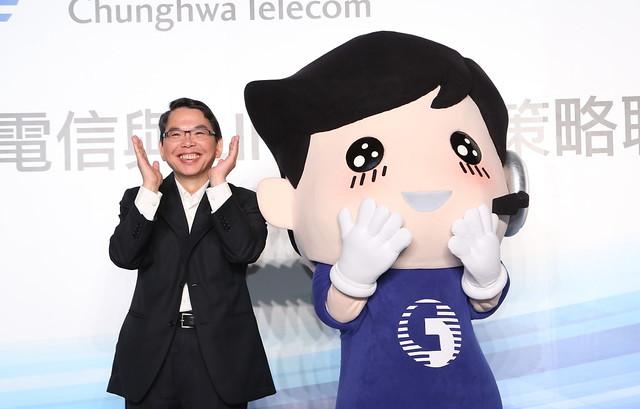 中華電信今日推出獨家 LINE 中華電信寶寶貼圖, 2014年2月25日前供消費者免費下載, 讓客戶串連起最萌的感動!