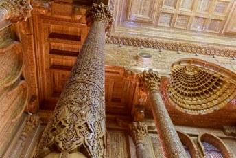 De verschillende ruimtes zijn gevuld met Tadzjieks ambachtswerk. Elke pilaar heeft unieke motieven.