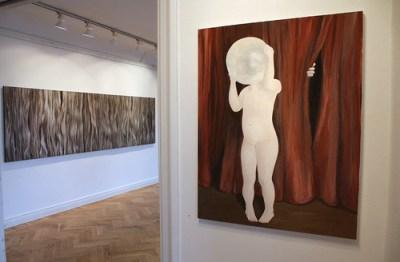 Annika Svenbro på Konstforum, närmast Att gömma sig i en pärla, i andra rummet Berenikes hår