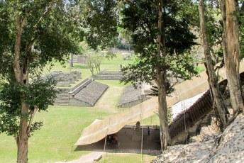 Hier het voetbalveld en een trap met hyrogliefen.