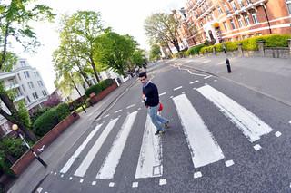 Cruzando la famosa calle Abbey Road que The Beatles hicieron grande