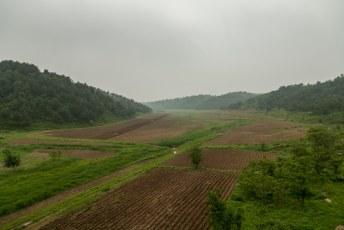 Tijdens de treinreis en de vele uren in de bus zagen we overal landbouw, maar nergens landbouwmachines.