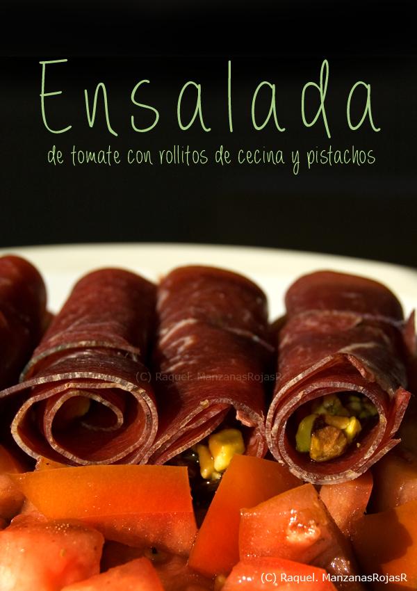 Ensalada de tomate con rollitos de cecina y pistachos