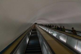 De metro is ooit door de Russen aangelegd, als je ooit in Sint Petersburg bent geweest dan weet je wat dat betekent, tering diep.