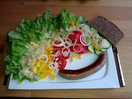 Thüringer Bratwurst und Vollkornroggenbrot zu einem großen Salat mit Kartoffeldressing