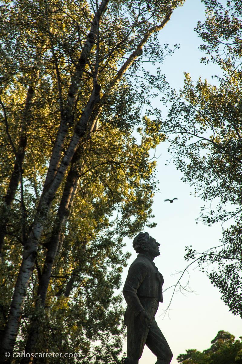 Miguel Fleta y ave en el Parque Grande