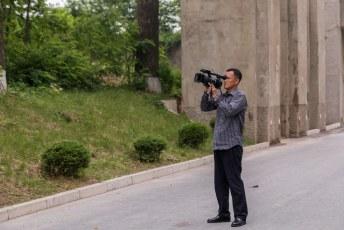 We werden continu gefilmd, maar mijnheer de cameraman vond het zelf maar niks als we de lens op hem richtten.