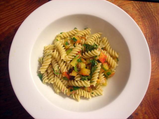 Pasta con salsa di pomodoro (Pasta with uncooked tomato sauce)