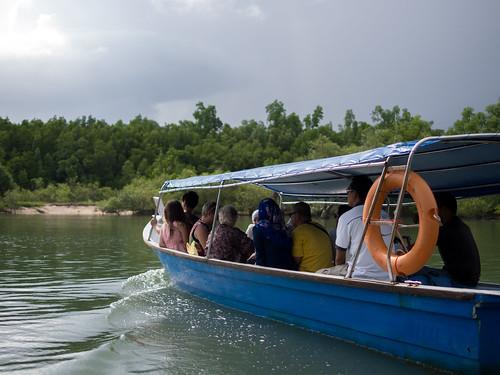 人数有点多,分搭两艘小船共享一个导游