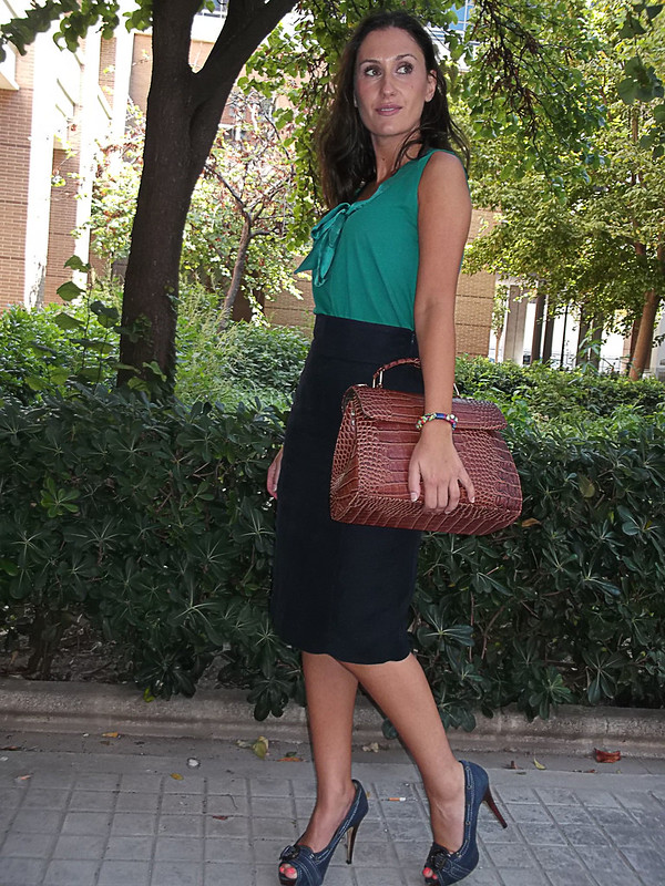 "top verde esmeralda, lazada, falda lápiz azul marino, peep toes azul navy, bolso vintage marrón, gafas de sol ""cat eye"", emerald green top, bow, navy pencil skirt, navy blue peep toes, vintage brown bag, cat eyes sunnies, zara, massimo dutti, mango, bimba & lola"