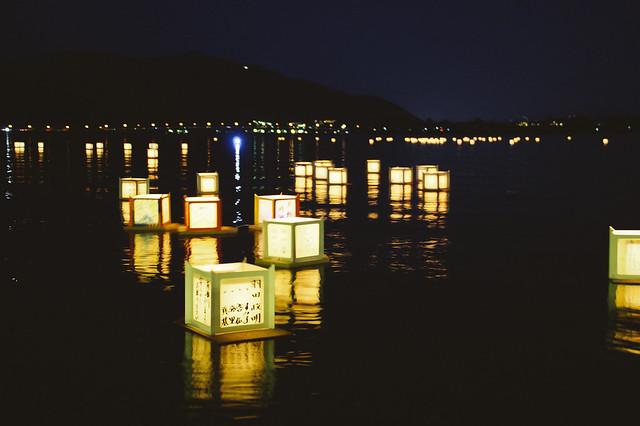 Farolillos en el lago de Kawaguchiko