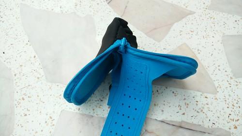 สามารถกลับด้านนอกด้านใน  แปลงกายเป็น Armband ใส่ออกกำลังกายได้