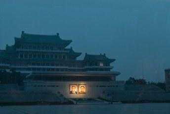 In de DPRK hebben ze maar beperkt stroom, maar uiteraard wel genoeg om de foto's van B1 en B2 te verlichten.
