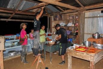 In het kamp was het stikkedonker dus 1 iemand op een krukje met een zaklamp om de kok bij te lichten.