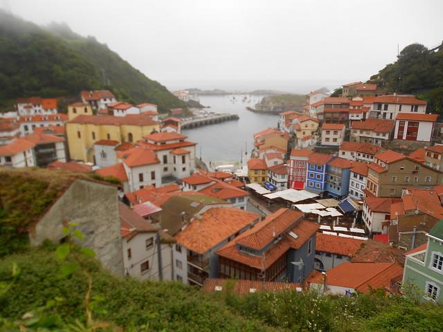 Vista de Cudillero y el puerto desde el barrio de la Cai