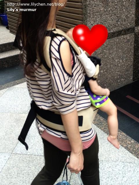 平常我就是這麼背小妮出門,媽媽包往肩上一掛,兩手還可以空出來提東西!