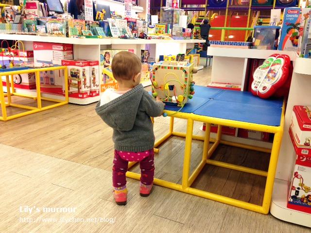 帶她去百貨公司,看到這個軌道木球遊戲救定著不走了,玩了好一陣子呢!