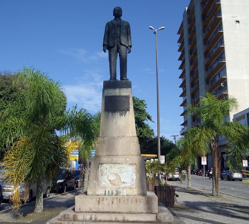 Praças são alvos de furtos de placa de bronze e prefeitura não repõe identificação 12