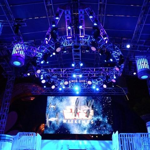 スター・ウォーズ・ウィークエンド、メインステージの照明はどこかで見たような形をしている。
