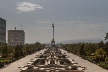 Dit park met op het eind het Gerb Monument ligt achter Ismoili.
