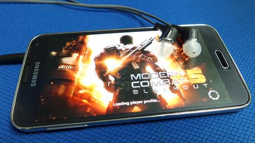 ลองเล่นเกม Modern Combat 5: Black Out โดยใช้หูฟัง Klipsch R6