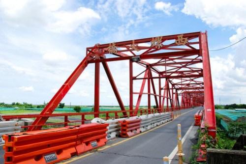 西螺大橋的西螺端,溪州大橋蓋好後,路中央就用路障隔開,防止大車進入