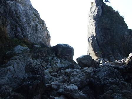 眼鏡岩の片方の穴の跡