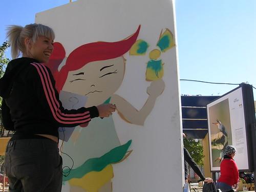 Una joven pintando a una joven. Grafiti 36.