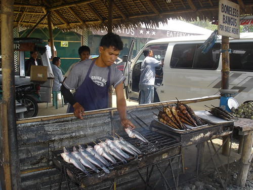 Dagupan Binmaley man grills boneless bangus (milkfish) for sale, barbeque Buhay Pinoy Philippines Filipino Pilipino  people pictures photos life Philippinen