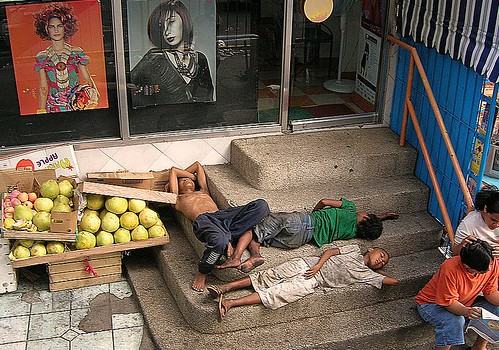 Fuente Osmena Rotunda, Cebu boys sleeping on stairs sidewalk Buhay Pinoy Philippines Filipino Pilipino  people pictures photos life Philippinen  菲律宾  菲律賓  필리핀(공화�)