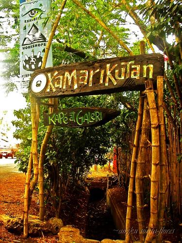 kamarikutan kape at galeri sign by the street