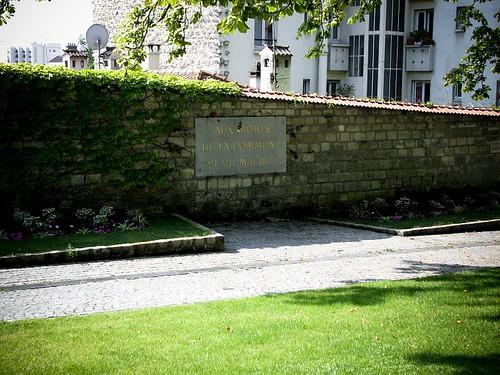 파리코뮌 사람들의 벽. Aux Morts De La Commune 21-28 Mai 1871이라고 적힌 현판이 걸려 있다.