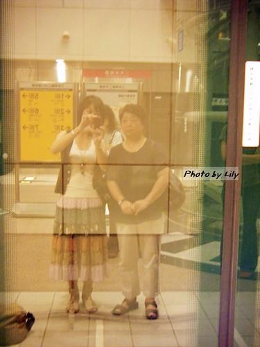 在高捷車站等車的我跟老媽。