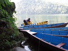 Un barquero de Phewa Tal