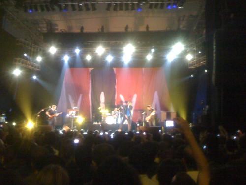 Un momento del concierto con el mural de Viva la Vida al fondo