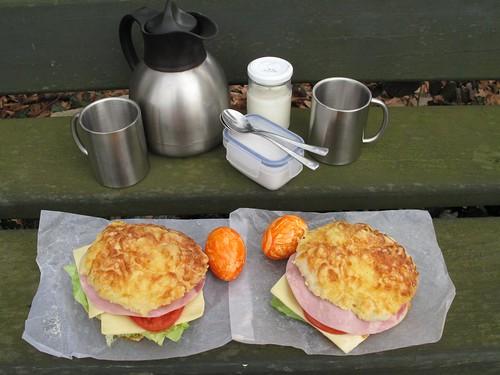 Belegte Käsebrötchen zum Frühstück auf einer Bank im Osnabrücker Land