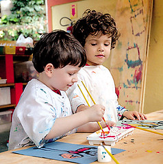 crianças pintando